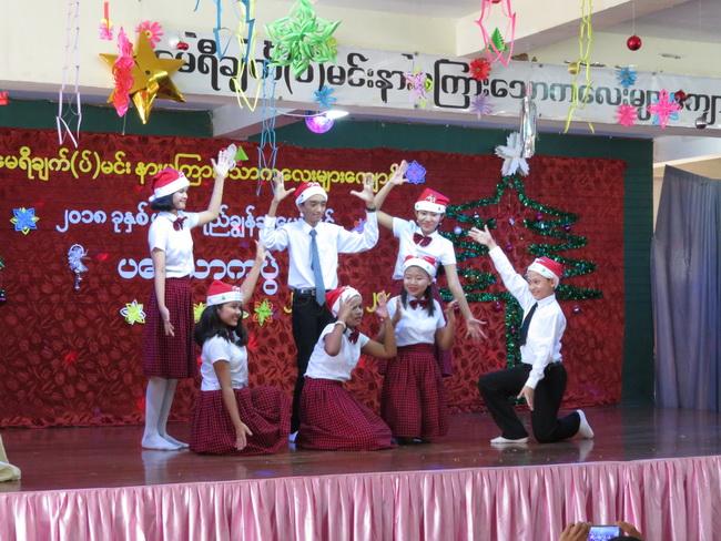 Au spectacle de Noël de l'école pour jeunes sourds Mary Chapman – Yangon, Birmanie