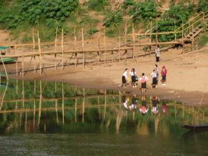 Luang Prabang : le pont de bambous, reconstruit tous les ans après la mousson.